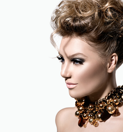 Schöne Modell Mädchen mit perfekten Make-up und Frisur Mode
