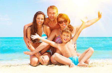Семья: Счастливая семья весело на пляже Летний отдых Фото со стока