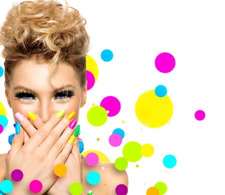 maquillage: Fille de beaut� avec maquillage color�, vernis � ongles et accessoires Banque d'images
