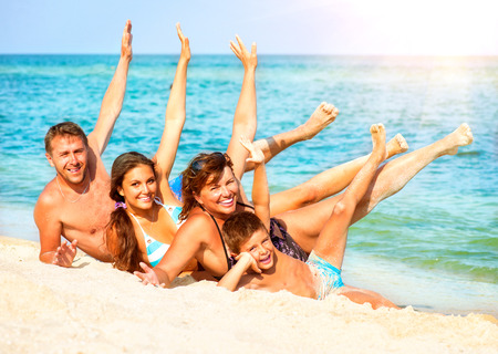 animados: Familia feliz que se divierte en el Summer Holiday Beach Foto de archivo