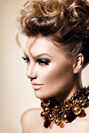 完璧なファッション メイクや髪型で美しいモデルの女の子 写真素材