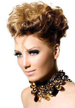 fashion: Chica modelo hermosa con maquillaje de la manera perfecta y estilo de pelo Foto de archivo