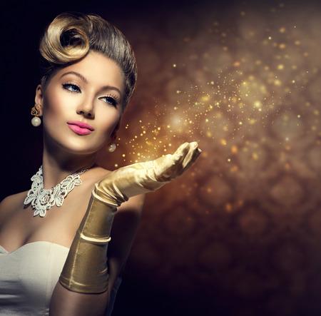 Retro vrouw met magie in haar hand Vintage stijl dame Stockfoto