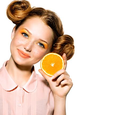 ジューシーなオレンジ色のうれしそうな十代の少女と美少女モデル