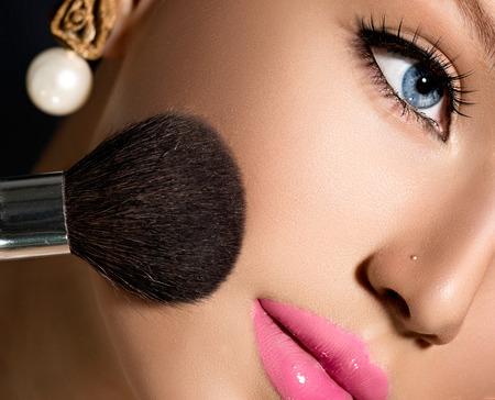 Make-up-Anwendung Nahaufnahme Kosmetik Make-up-Puder-B�rste f�r