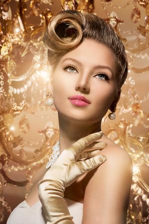 美しさ: 豪華なスタイルの美しさの女性の肖像画のレトロな女性
