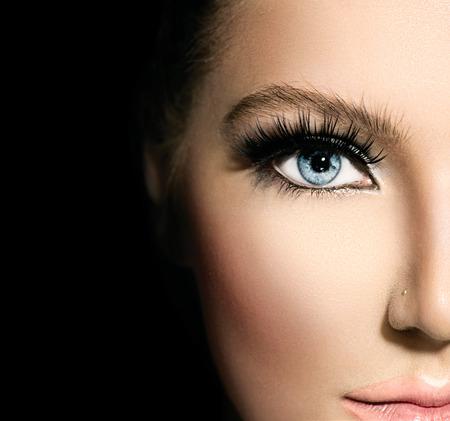 青い目美しい顔のクローズ アップのためのビューティーメイク 写真素材