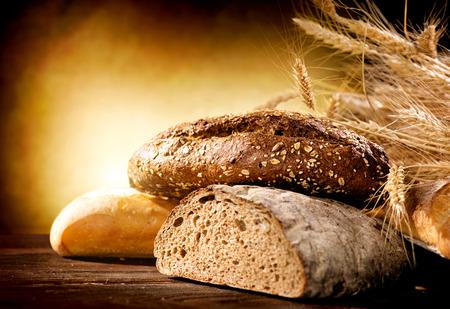 comida: El pan de panadería en una tabla de madera