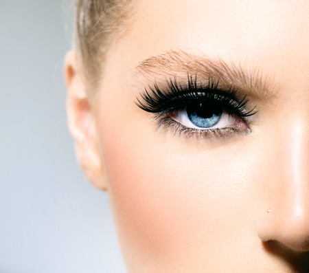 Beauty make-up voor blauwe ogen deel van mooi gezicht close-up Stockfoto