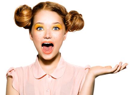 Krásné radostné dospívající dívka s pihami a žluté make-up Reklamní fotografie