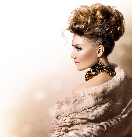 Menina bonita modelo de casaco de pele luxuoso