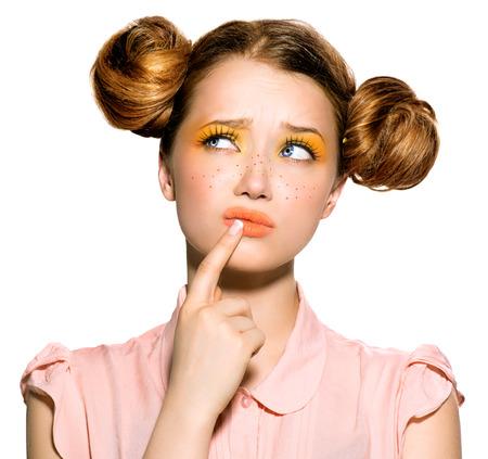 Beauté adolescente de modèle avec des taches de rousseur pensée ou choix