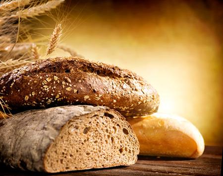 El pan de panadería en una tabla de madera
