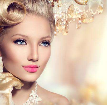 aretes: Belleza de la mujer retro con un maquillaje perfecto y el peinado