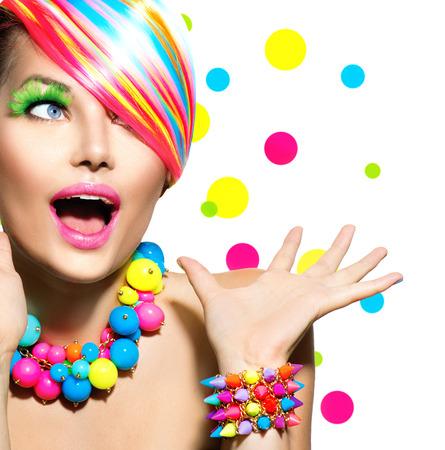 Schoonheid portret met kleurrijke make-up Manicure en Kapsel