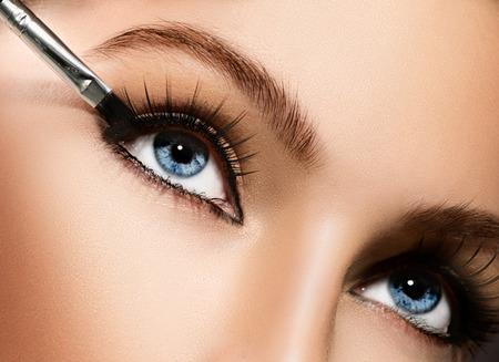 maquillaje de ojos: Maquillaje que aplica el primer sombras de ojos Eyeliner cosméticos Foto de archivo