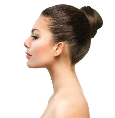 Perfil Hermoso rostro de mujer joven con la piel fresca limpia