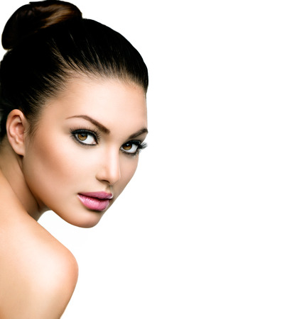 mujer bonita: Hermoso rostro de mujer joven con la piel fresca limpia