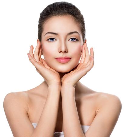 limpieza de cutis: Muchacha adolescente hermosa con la piel limpia fresca que toca su cara