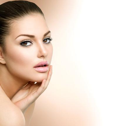 ansikten: Beauty Spa kvinna stående Vacker flicka vidrör hennes ansikte Stockfoto