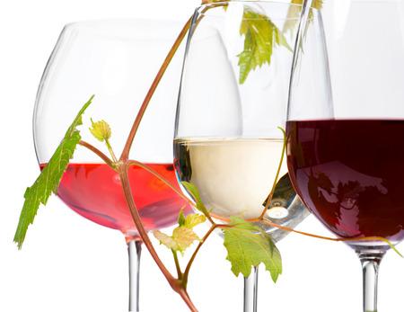 Drie glazen wijn op een witte achtergrond