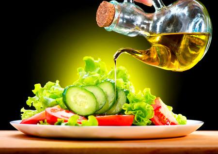 fioul: Salade de légumes saine avec vinaigrette à l'huile d'olive