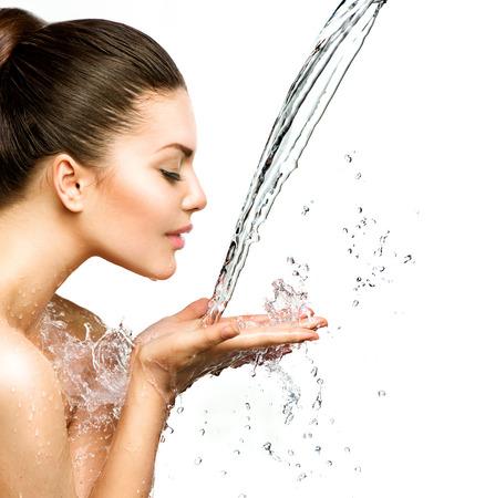 水: 美麗的模型女人與水在她的手中飛濺 版權商用圖片