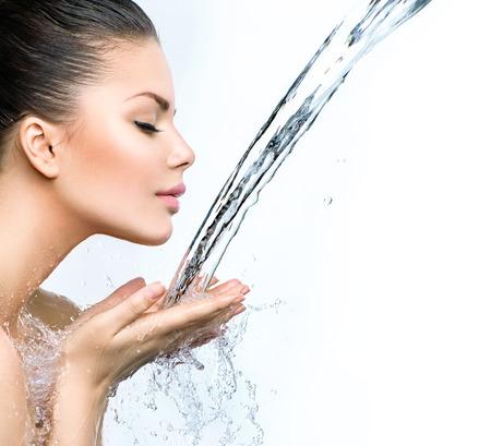 水: 美麗的女人與水在她的手中飛濺 版權商用圖片