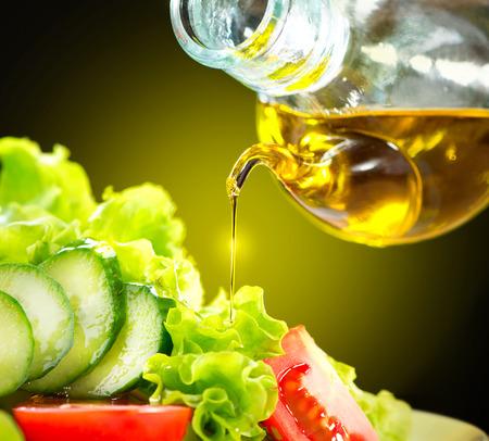 mediterrane k�che: Gesundes Gem�se-Salat mit Oliven�l-Dressing Lizenzfreie Bilder