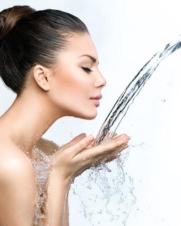 propret�: Belle femme de mod�le avec des �claboussures d'eau dans ses mains Banque d'images