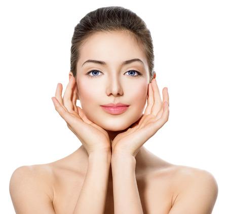 volti: Bella ragazza teenager con pelle pulita fresca toccare il viso