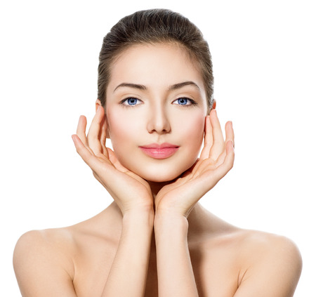 pretty woman: Mooie tiener meisje met schone huid aan te raken haar gezicht Stockfoto