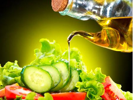 продукты питания: Здоровый овощной салат с оливковым маслом соусом