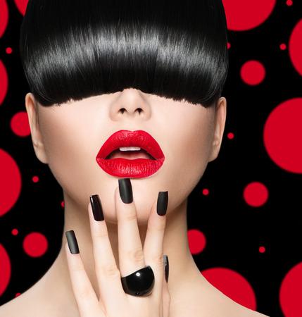 belle brune: Modèle de portrait de fille avec la mode Coiffure, maquillage et manucure Banque d'images
