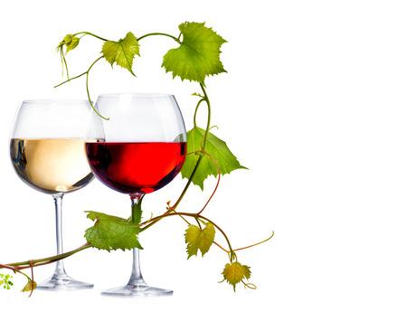 레드와 화이트 와인 두 잔 포도 잎으로 장식