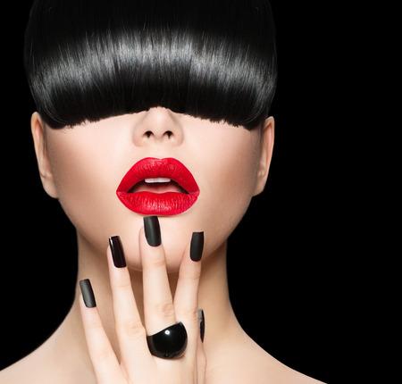 トレンディな髪型、化粧、マニキュアのモデルの少女の肖像画