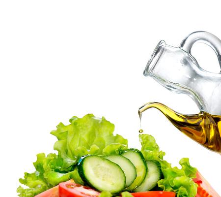 ensalada de verduras: Ensalada de verduras con aceite de oliva sobre fondo blanco