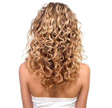 vrouw blond: Schoonheid meisje met blond gepermanent haar Backside Stockfoto