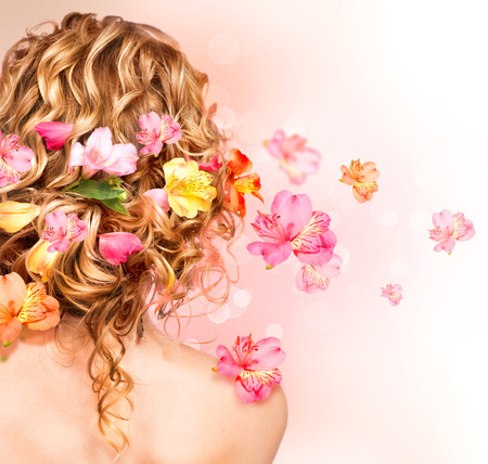 cabello: Pelo rizado sana hermosa adornada con las flores Foto de archivo