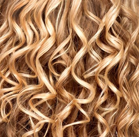 파마 머리의 물결 모양의 곱슬 금발 머리 근접 촬영 질감