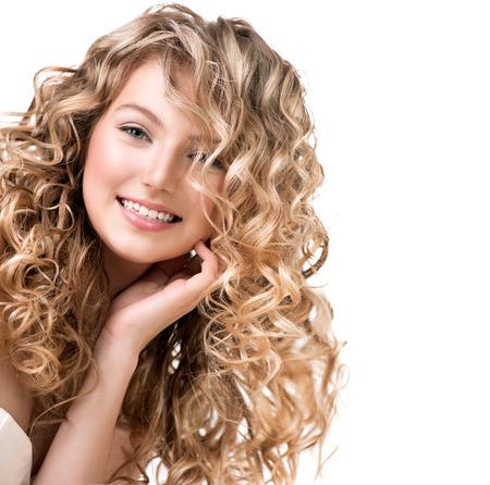 cabello: Muchacha de la belleza con el pelo rizado rubio pelo largo con permanente