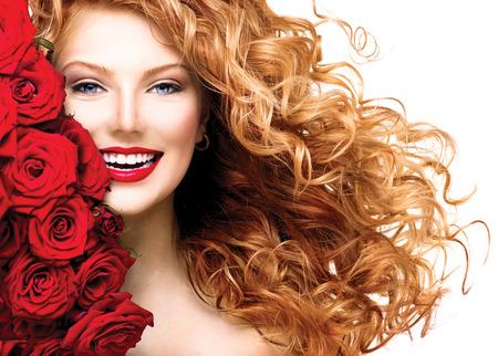 Fashion model meisje met blazen rode gepermanent haar