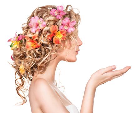 Skönhet flicka med blommor frisyr och öppna händer