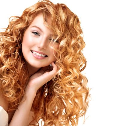 cabello rizado: Retrato adolescente del modelo de la muchacha aislado en blanco Rojo pelo rizado