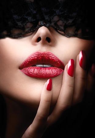 彼女の目の上の黒いレースのマスクを持つ美しい女性 写真素材 - 29096050