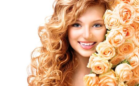 Schoonheid tiener model meisje met krullend lang haar