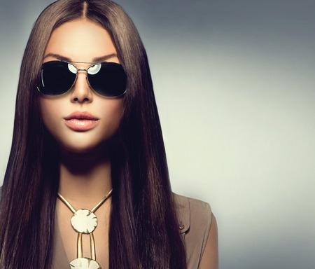 Menina modelo de beleza com longos cabelos castanhos usando  Imagens