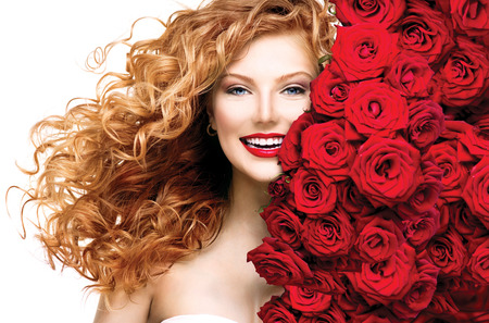 hermosa: Chica modelo de la manera con el pelo que sopla con permanente rojo