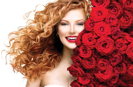 móda: Modelka dívka s foukání červený permed vlasy