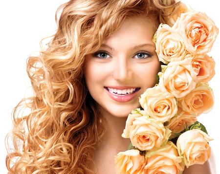 hosszú haj: Szépség tizenéves modell lány göndör hosszú haj